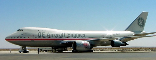 A GE90-115B mounted on the #2 pylon of GE's Boeing 747 flight test aircraft at the Mojave Airport in 2002