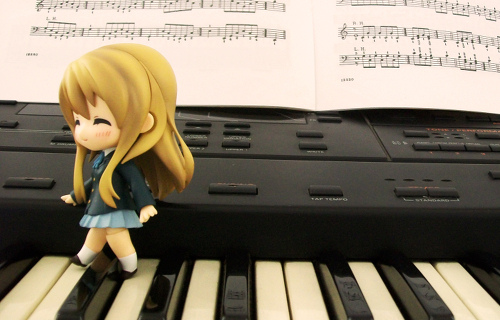Photo of Mugi-chan from K-On! walking on a piano.